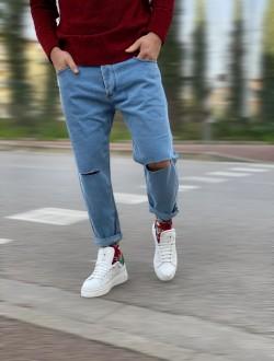 Denim chiaro con rotture sul ginocchio