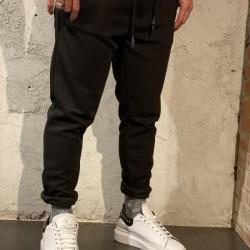 Pantalaccio maglia nera outfit