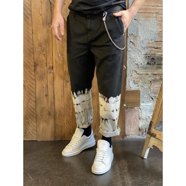 Pantalone in denim black con lavaggio sul fondo